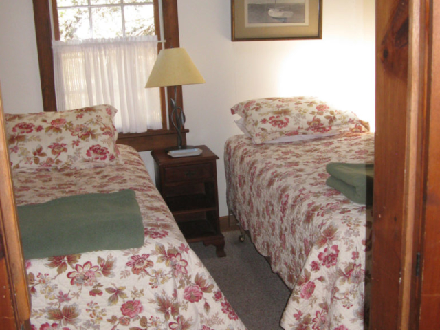 Twin bedroom at Cedarledge Cottage