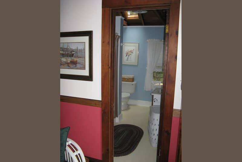 Cedarledge Cottage Full Bathroom with skylight